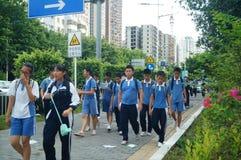 Shenzhen Kina: mellanstadiumstudenter går hem på väghemmet Arkivfoton