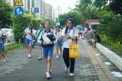 Shenzhen Kina: mellanstadiumstudenter går hem på väghemmet Royaltyfria Bilder
