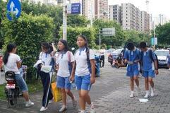 Shenzhen Kina: mellanstadiumstudenter går hem på väghemmet Arkivbild