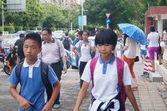 Shenzhen Kina: mellanstadiumstudenter går hem på väghemmet Royaltyfri Bild