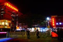 Shenzhen Kina: nattgataplats Arkivfoton