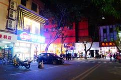 Shenzhen Kina: nattgataplats Royaltyfri Bild