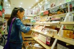 Shenzhen Kina: Skönhetsmedel för kvinna` s shoppar Arkivfoto