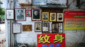 Shenzhen Kina: Skyddsremsagravyr- och målningaffär royaltyfri foto