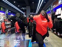 Shenzhen Kina: Sportdräkt shoppar arkivbild