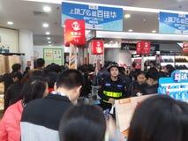 Shenzhen Kina: supermarket som mycket shoppar av RMB 60 yuan, med den UnionPay plånboken, kan få 30 rabatt för yuan RMB Arkivbild