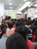 Shenzhen Kina: supermarket som mycket shoppar av RMB 60 yuan, med den UnionPay plånboken, kan få 30 rabatt för yuan RMB Fotografering för Bildbyråer