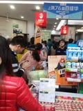 Shenzhen Kina: supermarket som mycket shoppar av RMB 60 yuan, med den UnionPay plånboken, kan få 30 rabatt för yuan RMB Royaltyfri Fotografi