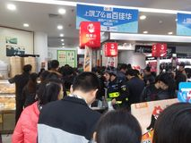 Shenzhen Kina: supermarket som mycket shoppar av RMB 60 yuan, med den UnionPay plånboken, kan få 30 rabatt för yuan RMB Royaltyfri Foto