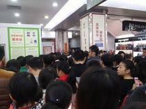Shenzhen Kina: supermarket som mycket shoppar av RMB 60 yuan, med den UnionPay plånboken, kan få 30 rabatt för yuan RMB Royaltyfri Bild
