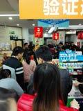 Shenzhen Kina: supermarket som mycket shoppar av RMB 60 yuan, med den UnionPay plånboken, kan få 30 rabatt för yuan RMB Arkivbilder