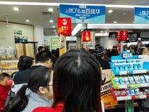 Shenzhen Kina: supermarket som mycket shoppar av RMB 60 yuan, med den UnionPay plånboken, kan få 30 rabatt för yuan RMB Arkivfoto