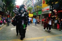 Shenzhen Kina: tempelfestivalen ståtar, aktiviteter för lejondansen Arkivbilder