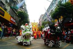 Shenzhen Kina: tempelfestivalen ståtar, aktiviteter för lejondansen Arkivfoto