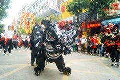 Shenzhen Kina: tempelfestivalen ståtar, aktiviteter för lejondansen Royaltyfri Foto
