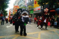 Shenzhen Kina: tempelfestivalen ståtar, aktiviteter för lejondansen Fotografering för Bildbyråer