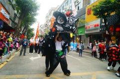 Shenzhen Kina: tempelfestivalen ståtar, aktiviteter för lejondansen Royaltyfria Bilder
