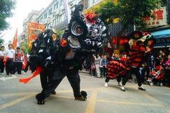Shenzhen Kina: tempelfestivalen ståtar, aktiviteter för lejondansen Royaltyfria Foton