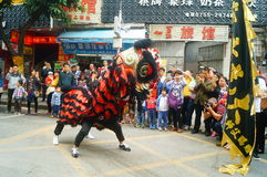 Shenzhen Kina: tempelfestivalen ståtar, aktiviteter för lejondansen Arkivbild