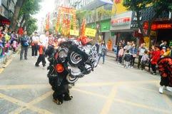 Shenzhen Kina: tempelfestivalen ståtar, aktiviteter för lejondansen Royaltyfri Fotografi