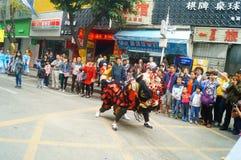 Shenzhen Kina: tempelfestivalen ståtar, aktiviteter för lejondansen Royaltyfri Bild