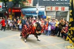Shenzhen Kina: tempelfestivalen ståtar, aktiviteter för lejondansen Arkivfoton