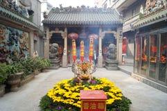 Shenzhen Kina: templet som bränner rökelse för att tillbe Fotografering för Bildbyråer