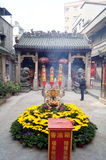 Shenzhen Kina: templet som bränner rökelse för att tillbe Royaltyfri Bild