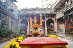 Shenzhen Kina: templet som bränner rökelse för att tillbe Arkivbilder