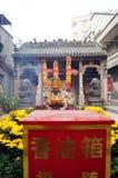 Shenzhen Kina: templet som bränner rökelse för att tillbe Royaltyfri Fotografi