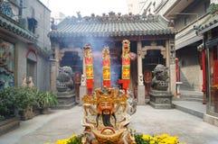 Shenzhen Kina: templet som bränner rökelse för att tillbe Royaltyfri Foto
