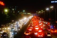 Shenzhen Kina: trafiklandskapet av vägen för 107 medborgare på natten Royaltyfri Foto