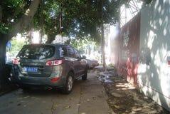 Shenzhen Kina: trottoar parkerade bilar fotografering för bildbyråer