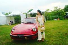 Shenzhen Kina: unga kvinnor på den auto showen Arkivbild