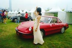 Shenzhen Kina: unga kvinnor på den auto showen Arkivfoton