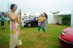Shenzhen Kina: unga kvinnor på den auto showen Royaltyfri Fotografi