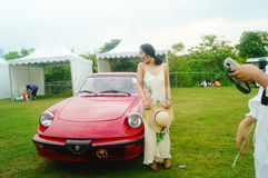 Shenzhen Kina: unga kvinnor på den auto showen Royaltyfria Foton