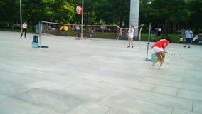 Shenzhen Kina: unga kvinnor spelar badminton arkivfilmer