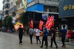 Shenzhen Kina: ungdomarsom lyfter banret av internetadvertizingen, publicitet frigör internet royaltyfria bilder
