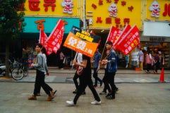 Shenzhen Kina: ungdomarsom lyfter banret av internetadvertizingen, publicitet frigör internet royaltyfria foton