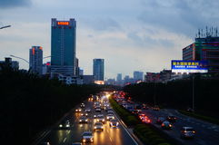Shenzhen Kina: Vägtrafik för 107 medborgare på natten Royaltyfri Bild