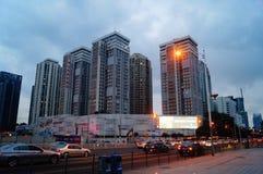 Shenzhen Kina: vägtrafik och höghus arkivbild