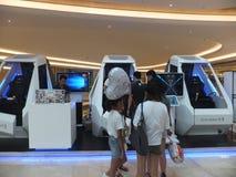 Shenzhen Kina: virtuell verkligheterfarenhet, kvinnor är lycklig att delta Arkivbild
