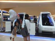 Shenzhen Kina: virtuell verkligheterfarenhet, kvinnor är lycklig att delta Arkivfoto