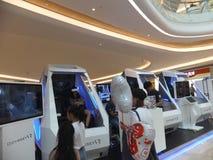 Shenzhen Kina: virtuell verkligheterfarenhet, kvinnor är lycklig att delta Fotografering för Bildbyråer