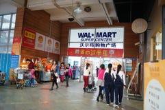 Shenzhen Kina: WAL-MART supermarket på ingången Arkivbilder