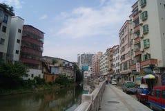 Shenzhen Kina: Xixiang flodlandskap och byggnader Royaltyfri Bild