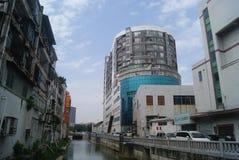 Shenzhen Kina: Xixiang flodlandskap och byggnader Royaltyfri Foto