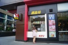 Shenzhen kines: Station för KFC restaurangefterrätt Royaltyfri Fotografi