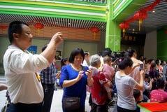 Shenzhen, porcelaine : représentation commerciale de danse de lion de célébration Images libres de droits
